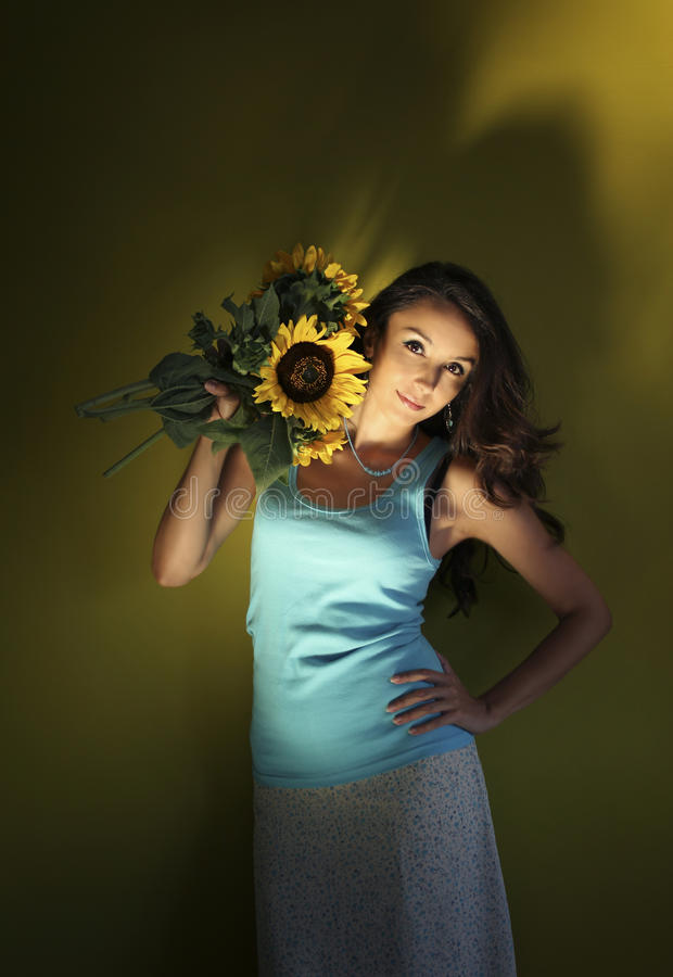 Девушка с солнцецветами стоковые изображения rf