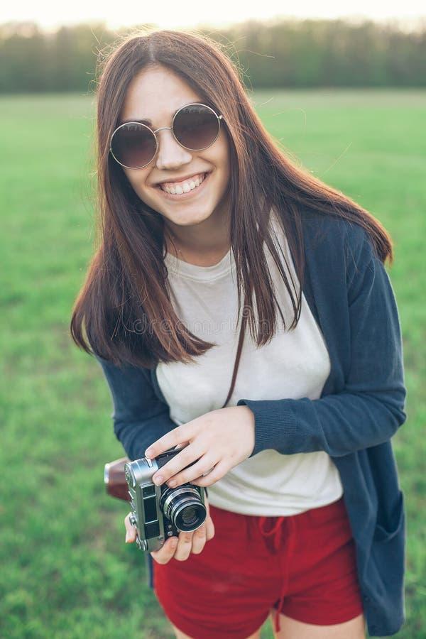 Девушка с старой камерой внешней стоковое изображение