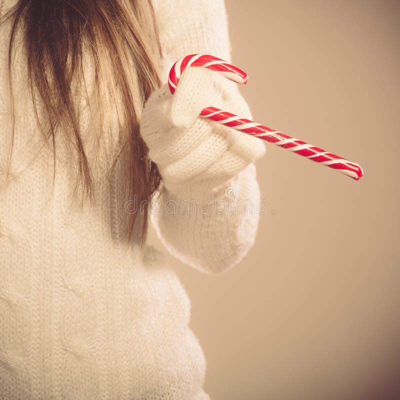 Девушка с сладостной тросточкой конфеты стоковая фотография rf