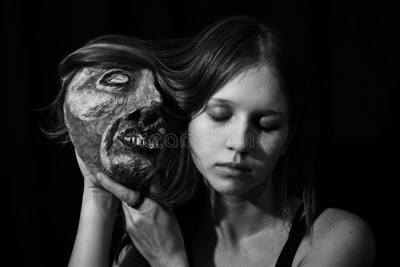 Девушка с театральной маской в его руках стоковые фото