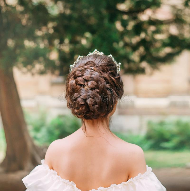 Девушка с темными волосами и чувствительной кожей показывает шикарный стиль причесок от большого количества оплеток, стоек дамы с стоковая фотография