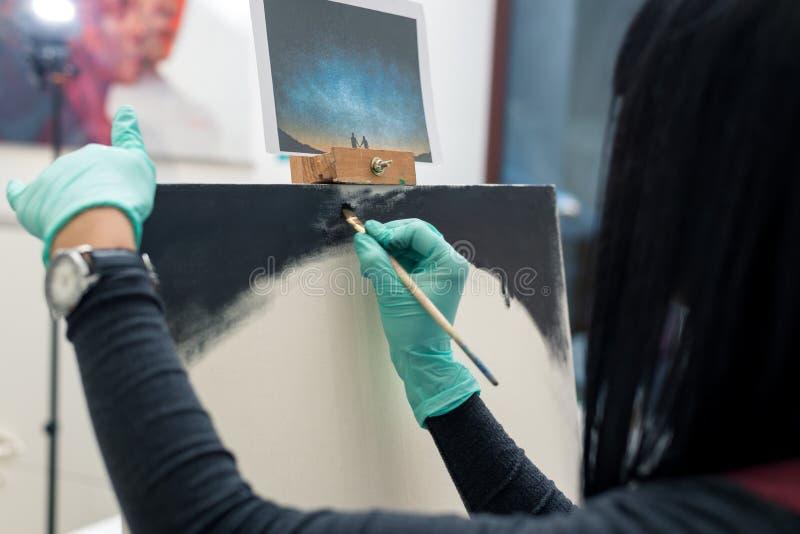 Девушка с темными волосами красит изображение r иллюстрация вектора
