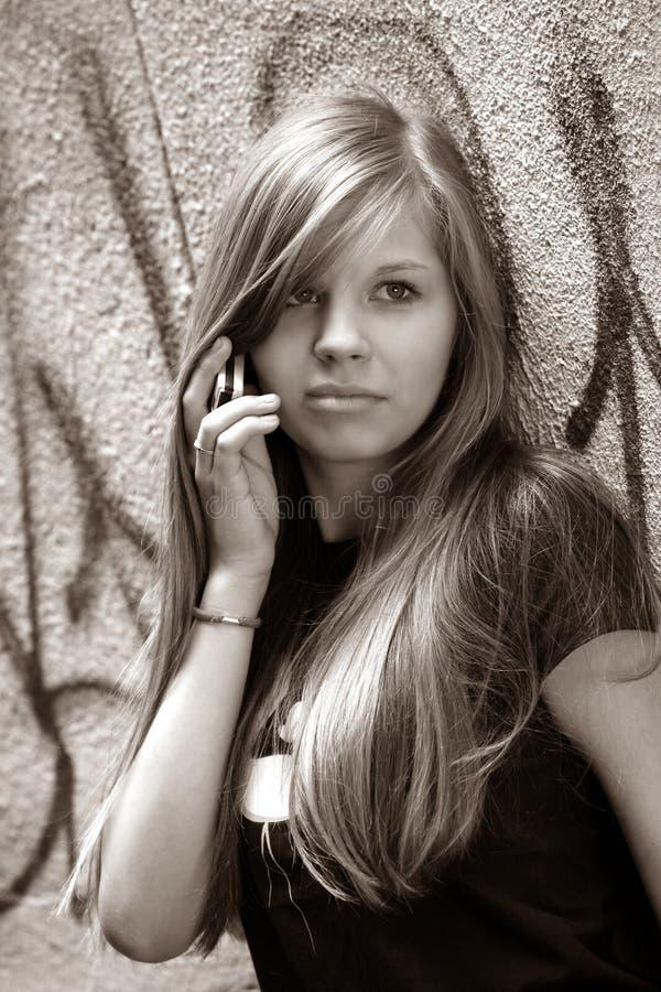Девушка с телефоном стоковые изображения