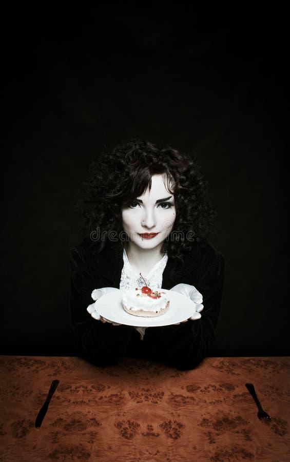 Девушка с тортом вычуры вишни стоковые изображения rf