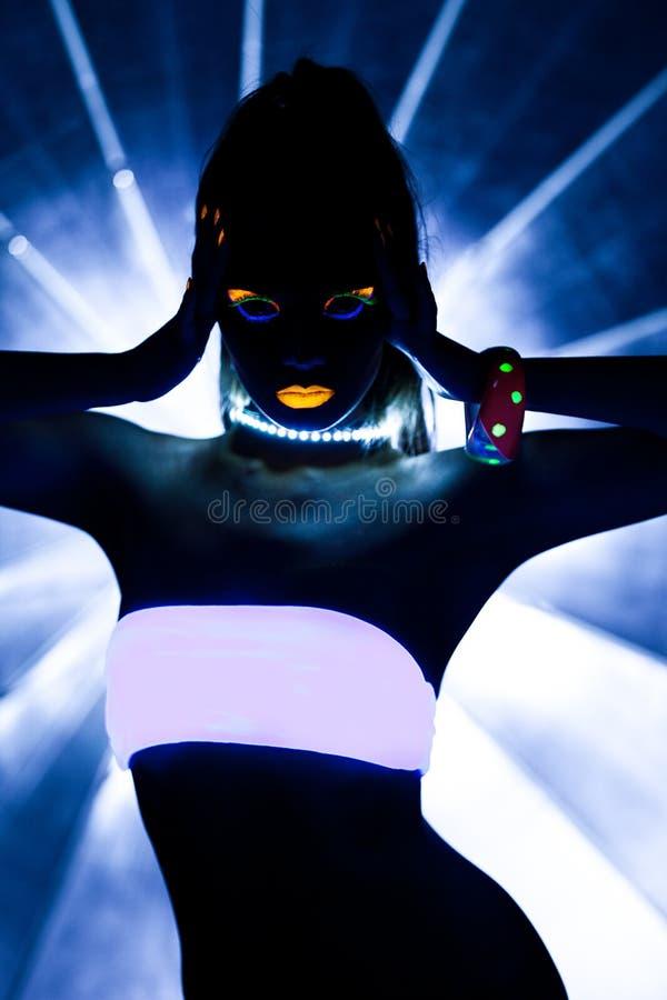 Девушка с ультрафиолетов танцулькой диско состава стоковое фото rf