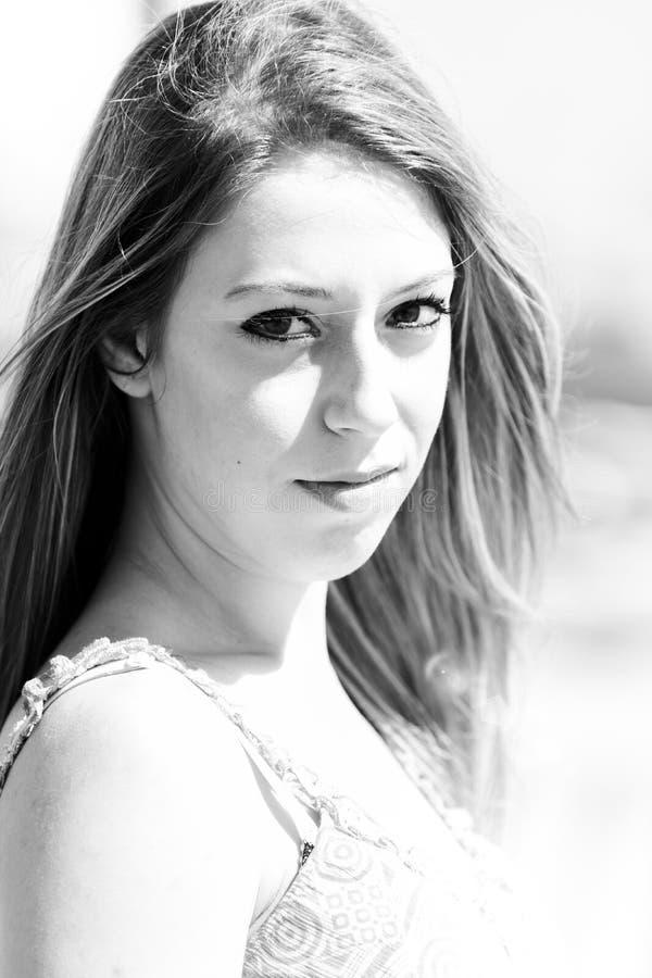 Девушка с думая взглядом - черно-белым стоковая фотография rf