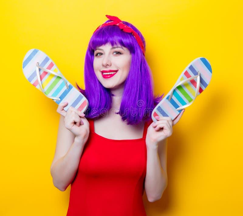 Девушка с фиолетовыми темповыми сальто сальто волос и сандалии цвета стоковые изображения rf