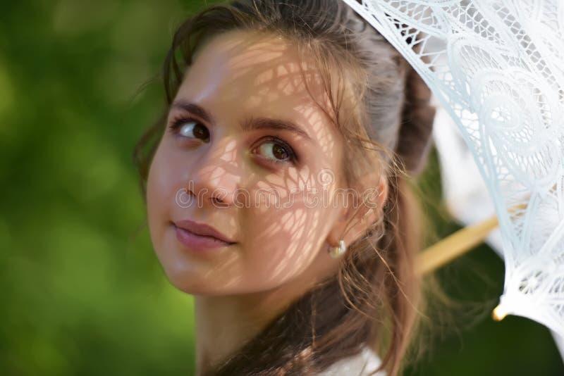 Девушка с филигранным зонтиком стоковое фото