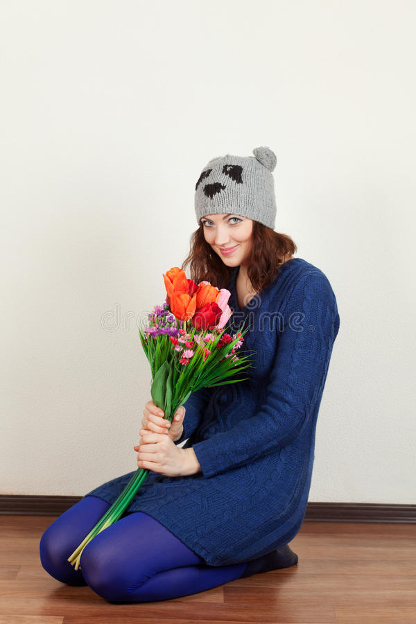 Девушка с цветками стоковое изображение rf