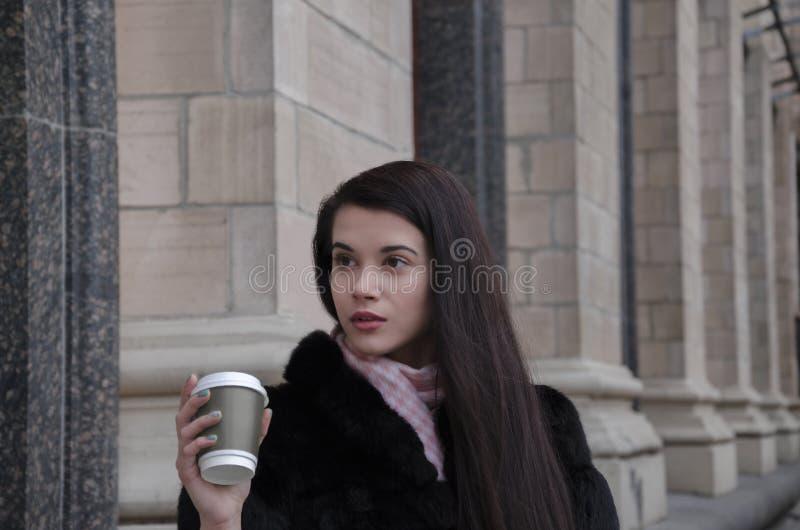 Девушка с чашкой картона стоковые изображения