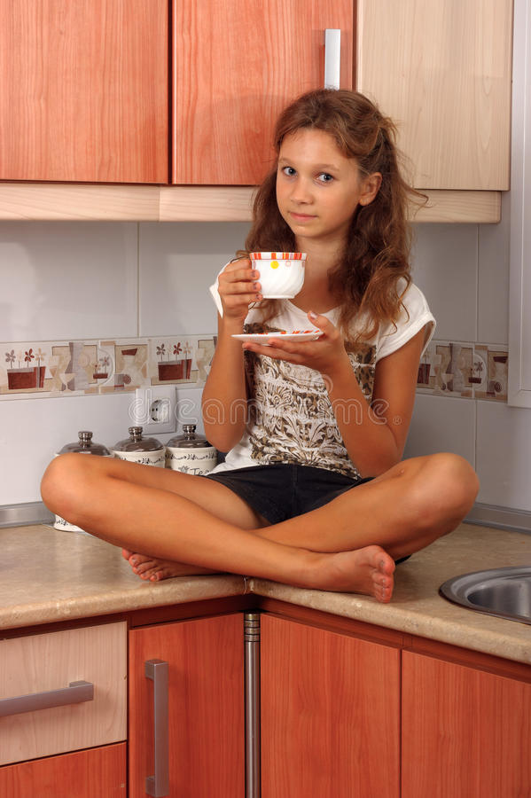 Девушка с чашкой стоковые фотографии rf