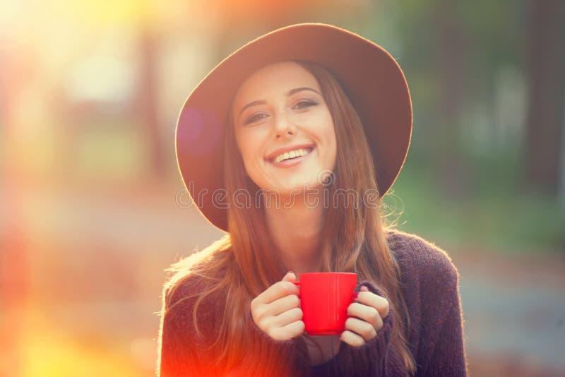 Девушка с чашкой стоковые изображения rf