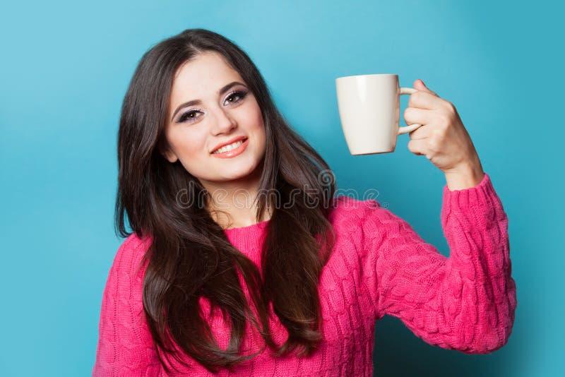 Девушка с чашкой стоковое фото