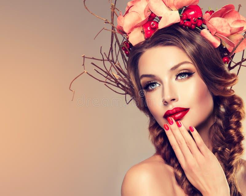 Девушка с чувствительным венком от цветков, плодоовощей и хворостин на ее голове стоковые изображения rf