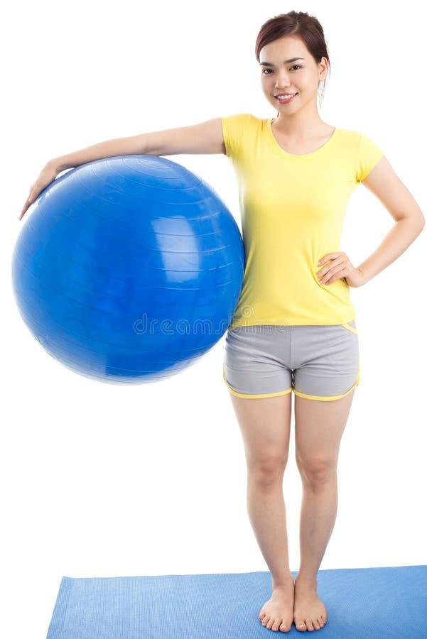 Девушка с шариком тренировки Стоковое Фото
