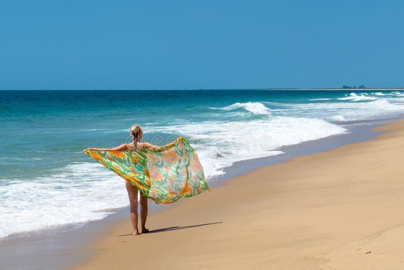 Девушка с шарфом и Индийским океаном стоковые фото