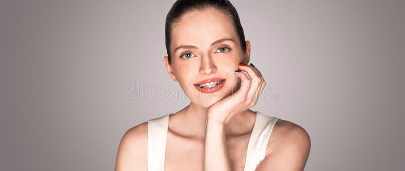 Девушка с широкой улыбкой расчалок усмехаясь стоковое изображение rf