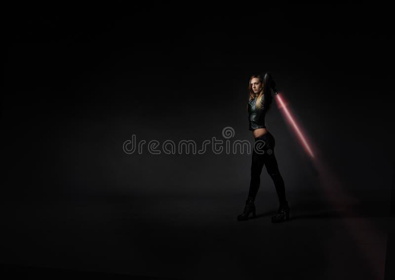 Девушка с шпагой лазера стоковое изображение rf