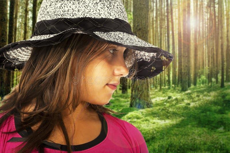 Девушка с шляпой с лесом на backgroung стоковая фотография rf