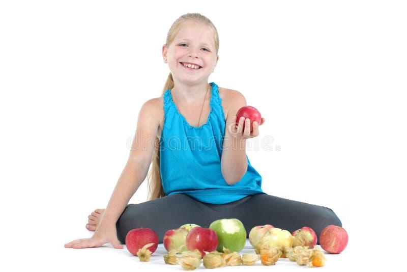 Девушка с яблоком и крыжовником (физалис) стоковое фото