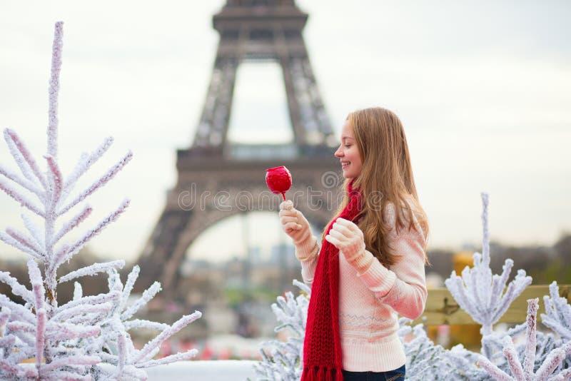 Девушка с яблоком карамельки в Париже стоковое фото rf