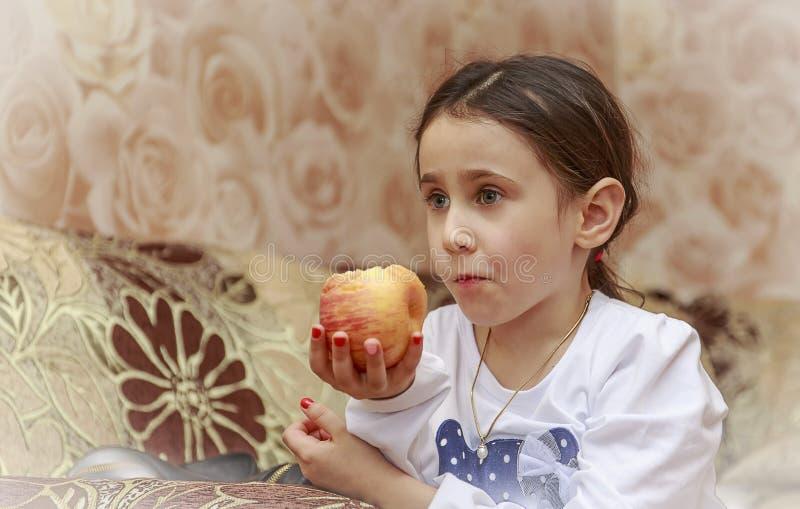 Девушка с яблоком стоковая фотография