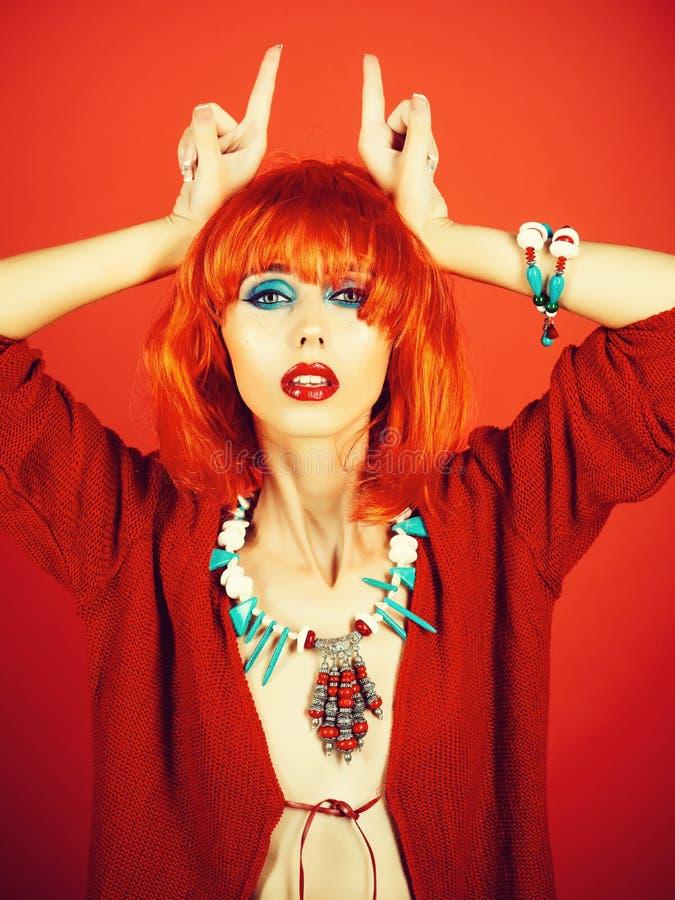 Девушка с яркими искусственными волосами в этнических ювелирных изделиях стоковое фото