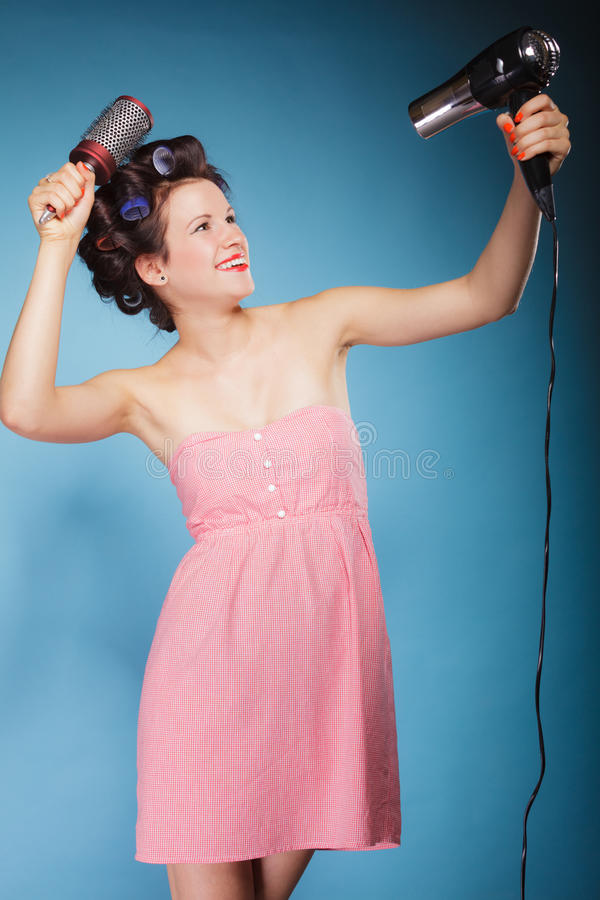 Девушка с curlers в волосах держит hairdreyer стоковая фотография