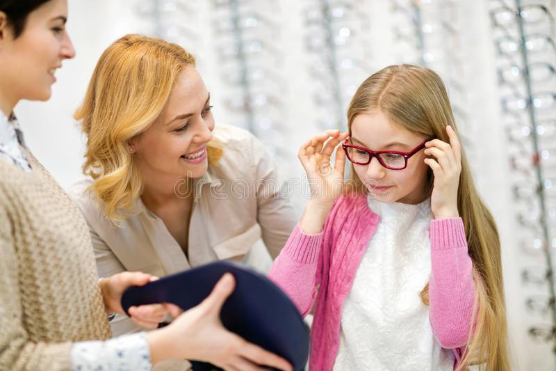 Девушка с eyeglasses смотря в зеркале стоковые фотографии rf