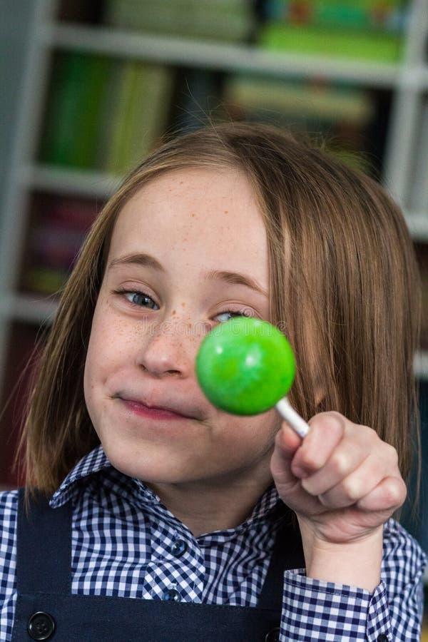 Девушка с Lollipop стоковые изображения rf