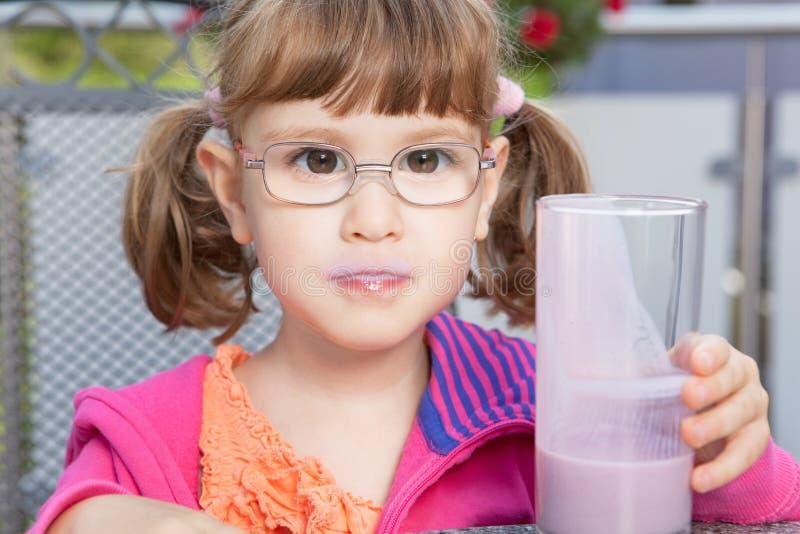 Девушка с milkshake стоковая фотография