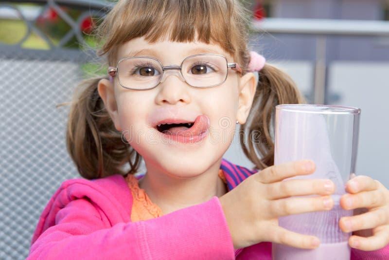 Девушка с milkshake стоковые изображения rf