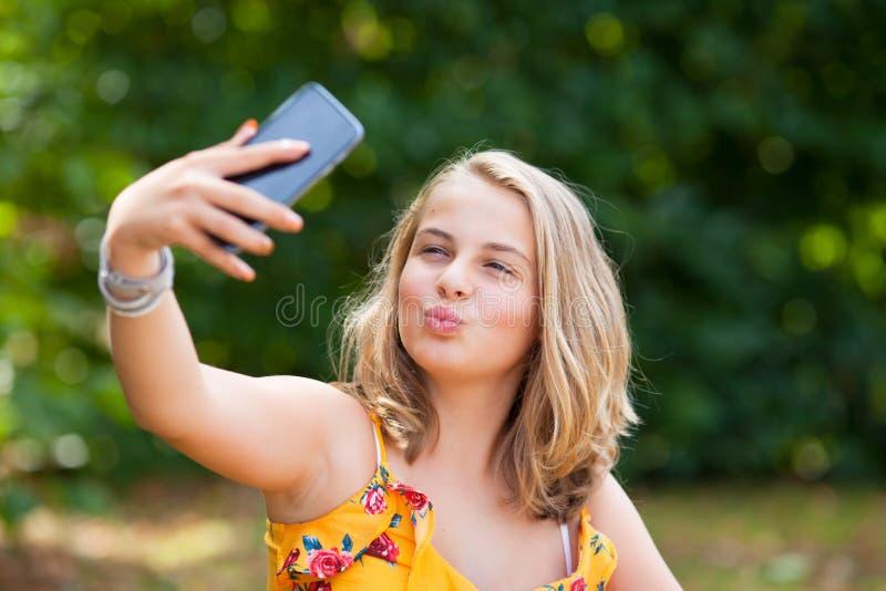 Девушка с smartphone outdoors стоковое изображение