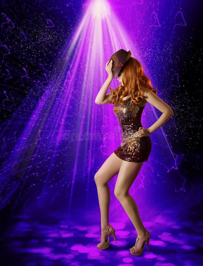 Девушка танцев ночного клуба, художник женщины в ночном клубе, шляпе танцора стоковое изображение rf