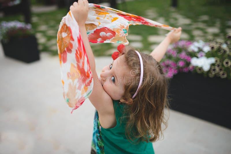 Девушка танцев с шарфом стоковые изображения
