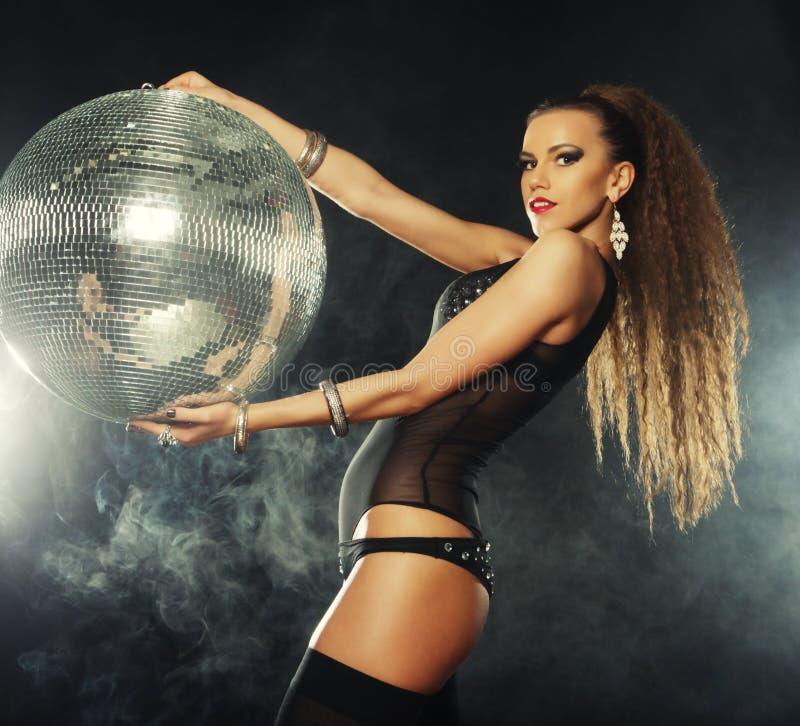 Download Девушка танцора в дыме с шариком диско Стоковое Фото - изображение насчитывающей танцор, темно: 37927040
