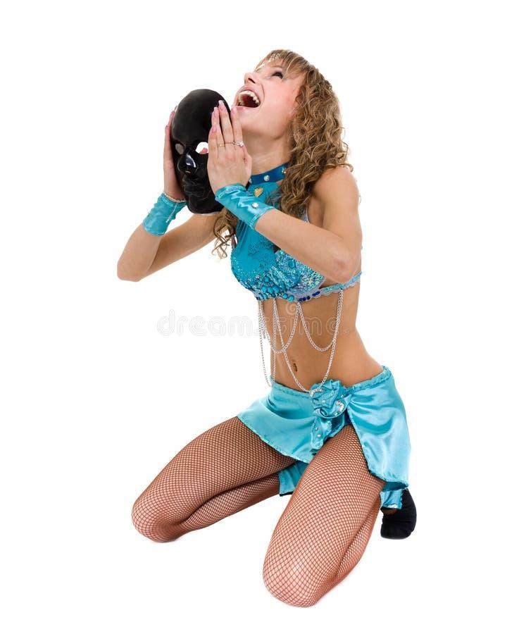 Девушка танцора масленицы представляя при маска, изолированная на белизне стоковое фото