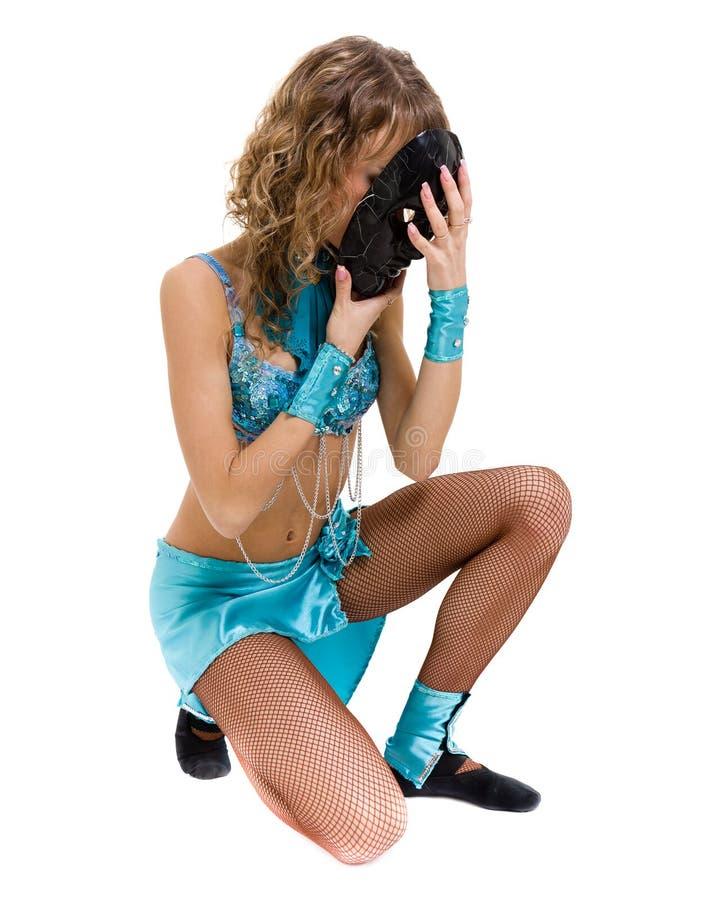 Девушка танцора масленицы представляя при маска, изолированная на белизне стоковые изображения