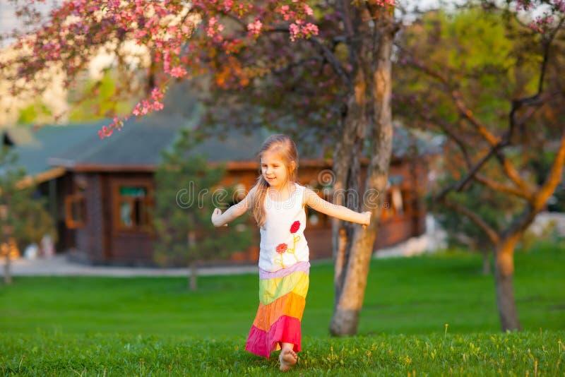 девушка танцы меньший парк стоковое фото rf