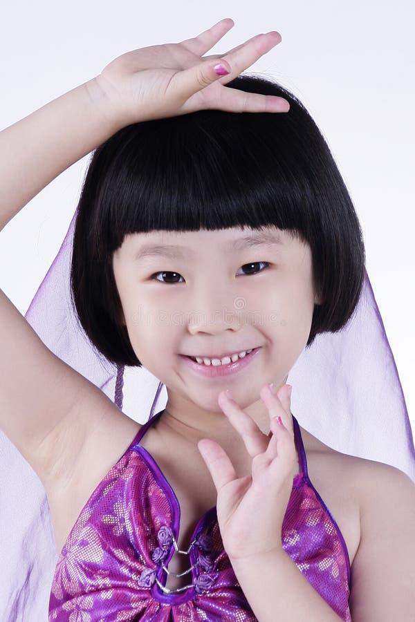 девушка танцы счастливая немногая стоковые изображения
