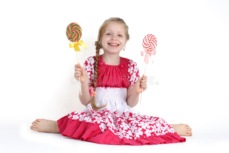 Девушка 8-ти летняя с помадкой конфеты стоковое изображение