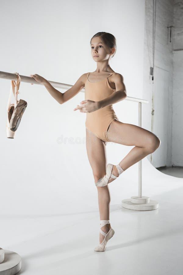 Девушка тренирует около barre балета стоковые изображения rf