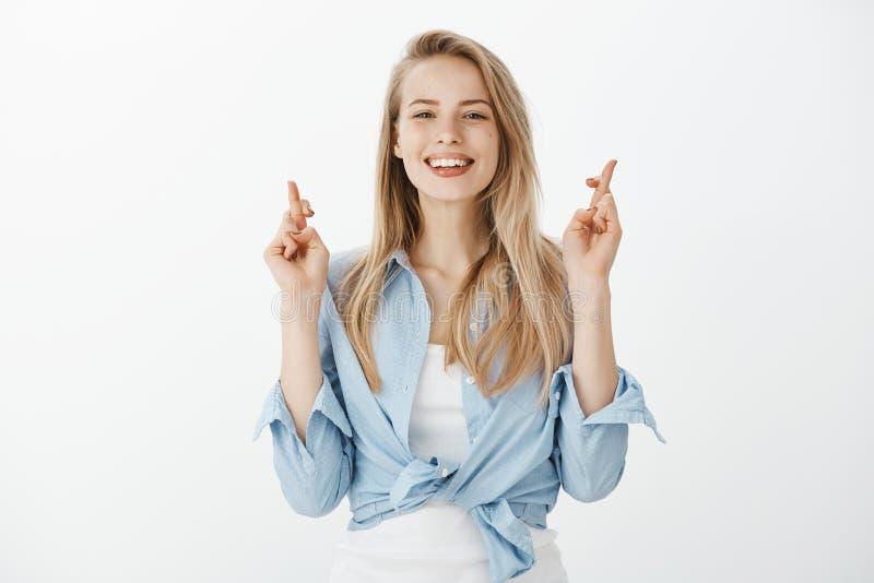 Девушка убедила которое мечтает некоторый день приходит верно Портрет счастливой привлекательной кавказской женщины с светлыми во стоковое изображение