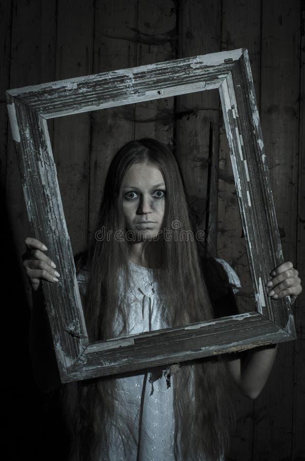 Девушка ужаса в белом платье стоковое изображение rf