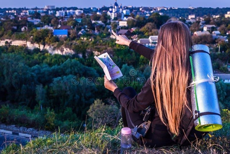 Девушка указывает на город смотря карту стоковое изображение rf