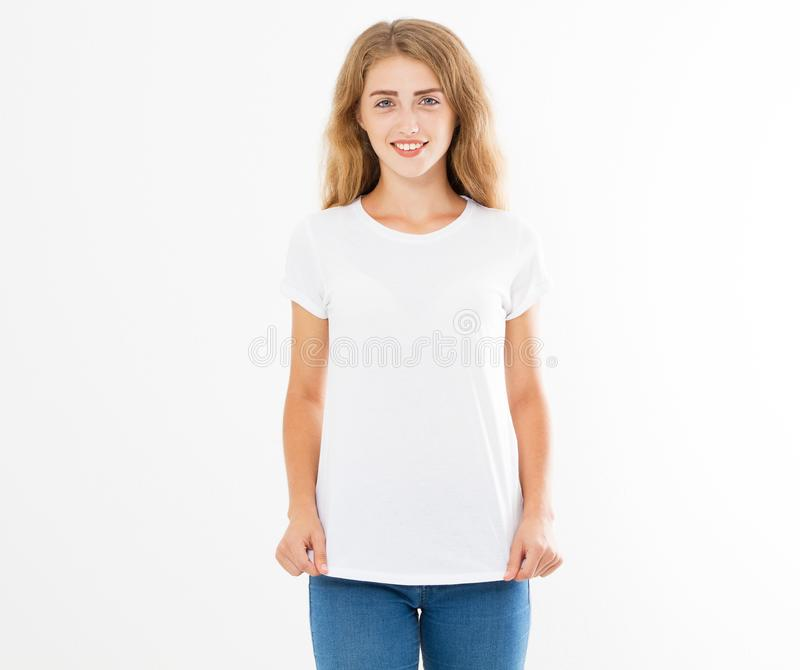 Девушка улыбки счастливая представляя в белом наборе футболки, космосе экземпляра, пустой футболке, пустой женщине футболки стоковое изображение