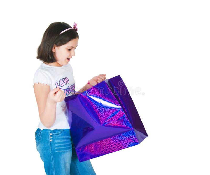 девушка упаковывает бумагу стоковая фотография rf