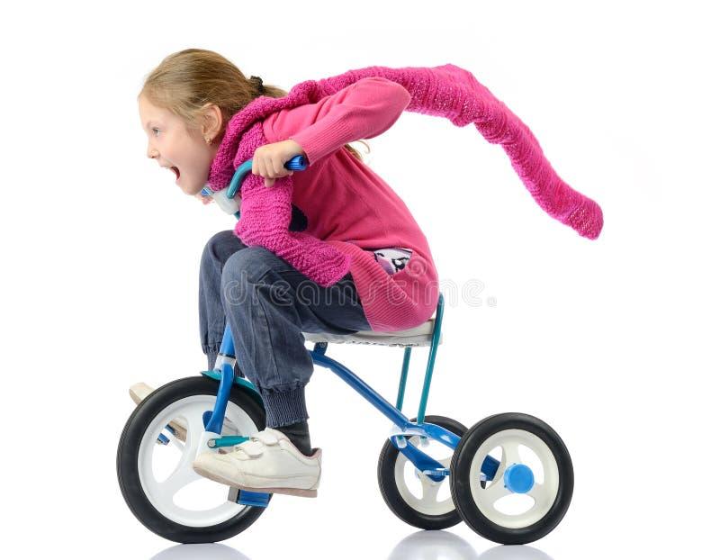 Девушка управляет велосипедом на белой предпосылке стоковое фото