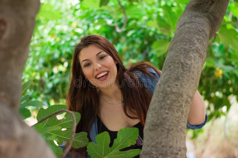 Девушка усмехаясь за смоковницей стоковые изображения rf