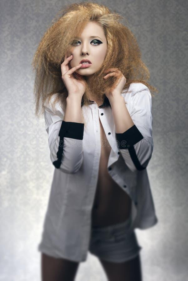 Девушка утеса чувственная на старой предпосылке моды стоковое изображение rf